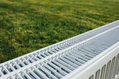 Element på grön gräsmatta, ekologiskt uppvärmningbegrepp royaltyfria foton
