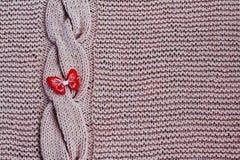 Element van exclusief met de hand gebreid patroon van roze katoenen draden: verticale vlecht op rug van canvas met heldere vlinde stock foto