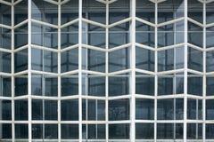 Element van oude doorstane glasvoorgevel, de Voorgevelmuur van het Glasgordijn Voorgeveldetail stock foto