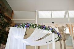 Element wystroju ślubu wielki łuk z stołem dla ślubnego coupl fotografia stock