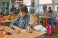 Elementair leeftijdskind, die kunst en ambachtproduct, droomvanger op school in kunstklasse creëren stock afbeeldingen