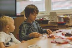Elementair leeftijdskind, die kunst en ambachtproduct, droomvanger op school in kunstklasse creëren stock fotografie