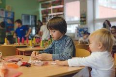 Elementair leeftijdskind, die kunst en ambachtproduct, droomvanger op school in kunstklasse creëren royalty-vrije stock afbeelding