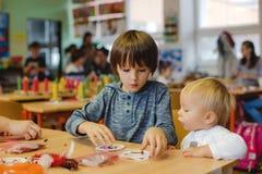 Elementair leeftijdskind, die kunst en ambachtproduct, droomvanger op school in kunstklasse creëren stock afbeelding