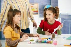 Elementaire leeftijdskinderen die in klaslokaal schilderen Royalty-vrije Stock Foto