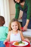 Elementaire Leerling die Gezonde Lunch in Cafetaria verzamelen stock foto's