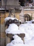 Elemente der Architektur von Sinaia, Rumänien vom 19. Jahrhundert mit einer Löwe ` s Zahl im Winter stockfotografie