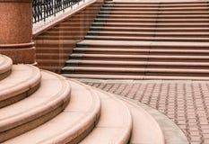 Elemente der Stadtarchitektur Schritte vom roten Granit und von den roten Steinbl?cken lizenzfreie stockbilder