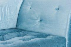 Elemente des blauen Sofas im weißen Innen- und grauen Boden Venetianische Art Lizenzfreies Stockfoto