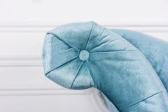 Elemente des blauen Sofas im weißen Innen- und grauen Boden Venetianische Art Stockfotos