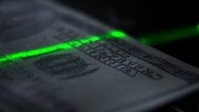 Elemente und Zeichen auf einer Banknote 100: ein Porträt des Präsidenten stock video footage