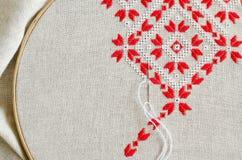 Elementen met de hand gemaakt borduurwerk door rode en witte katoenen draden Ambachtborduurwerk stock foto's