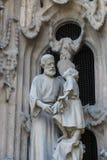 Elementen van architectuur en standbeelden van de ingang aan het oude deel van Sagrada Familia Stock Foto's