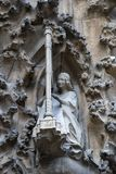 Elementen van architectuur en standbeelden van de ingang aan het oude deel van Sagrada Familia Stock Foto