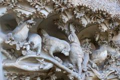 Elementen van architectuur en standbeelden van de ingang aan het oude deel van Sagrada Familia Royalty-vrije Stock Foto's