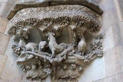 Elementen van architectuur en standbeelden van de ingang aan het oude deel van Sagrada Familia Stock Afbeeldingen