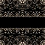 Elementen van het grens de beige die patroon met bloemen voor kaarten of tatoegering op zwarte achtergrond wordt geïsoleerd stock afbeelding
