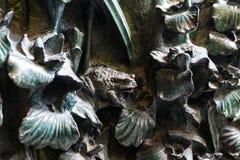 Elementen van insecten, bloemen, vogels van zoogdieren op de oude ingangspoort aan de Tempel van de Heilige Familie Royalty-vrije Stock Foto