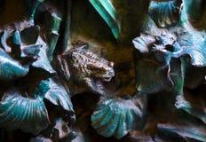 Elementen van insecten, bloemen, vogels van zoogdieren op de oude ingangspoort aan de Tempel van de Heilige Familie Stock Foto