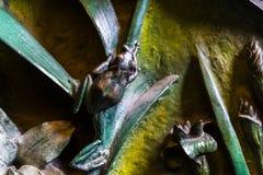 Elementen van insecten, bloemen, vogels van zoogdieren op de oude ingangspoort aan de Tempel van de Heilige Familie Stock Fotografie