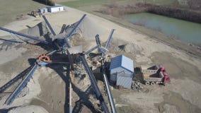 Elementen van materiaal voor de extractie en het sorteren van puin Productie van bouwmaterialen Metaalbouw voor stock footage