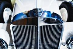 Elementgaller och emblem av den vita Retro bilen royaltyfri fotografi