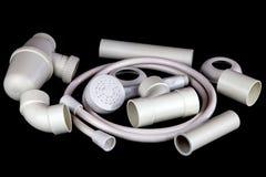 Elementi bianchi dell'impianto idraulico su fondo nero Fotografie Stock