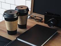 Elementi in bianco sulla tavola con la macchina fotografica, vetri Fotografia Stock