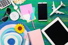 Elementi degli accessori di viaggio e di vacanza per il backgro di vacanza estiva Fotografia Stock