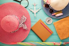 Elementi degli accessori di viaggio e di vacanza per il backgro di vacanza estiva Fotografia Stock Libera da Diritti