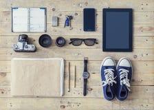 Elementi dei giornalisti o dei viaggiatori su uno scrittorio di legno Immagine Stock