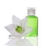 Elementi del bagno - sapone liquido e fiore fotografie stock libere da diritti