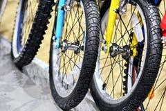 Elementi del primo piano delle gomme della bicicletta e delle ruote fotografia stock