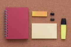 Elementi dell'ufficio ed elementi di affari su uno scrittorio Fotografie Stock Libere da Diritti