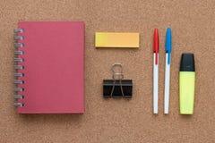 Elementi dell'ufficio ed elementi di affari su uno scrittorio Fotografia Stock