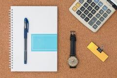 Elementi dell'ufficio ed elementi di affari su uno scrittorio Fotografia Stock Libera da Diritti