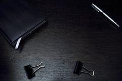 Elementi della cancelleria che si trovano sul desktop Disponga per lavorare a casa di Fotografia Stock Libera da Diritti