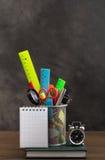Elementi della cancelleria e piccolo taccuino fotografia stock
