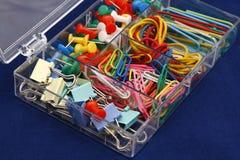 Elementi della cancelleria su una priorità bassa blu. fotografia stock