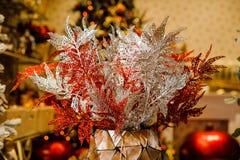 Elementi della decorazione di Natale che consistono dei fiori brillanti Fotografia Stock Libera da Diritti