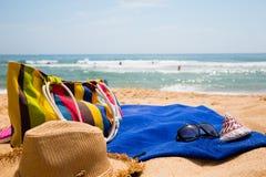 Elementi della spiaggia delle donne sulla spiaggia Fotografie Stock Libere da Diritti