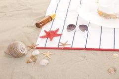 Elementi della spiaggia sulla sabbia per estate di divertimento Fotografia Stock