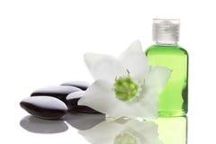 Elementi della stazione termale - sapone liquido, pietre e fiore fotografia stock