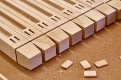 Elementi di legno di un letto dei bambini Fabbricazione della mobilia Primo piano immagini stock libere da diritti