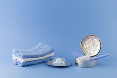 Elementi di lusso del neonato su fondo blu-chiaro Fotografia Stock Libera da Diritti