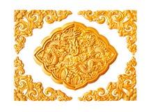 Elementi dorati della decorazione dello stucco del drago isolati Fotografia Stock Libera da Diritti