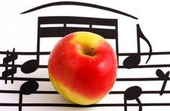 Elementi e mela della notazione di musica fotografia stock libera da diritti