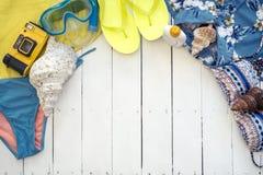 Elementi essenziali da andare alla spiaggia su estate sopra un fondo di legno Fotografia Stock