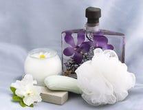 Elementi essenziali del bagno con la candela della camomilla fotografie stock libere da diritti