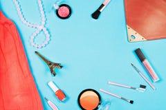 Elementi essenziali della donna di modo su fondo blu, vista superiore immagini stock libere da diritti